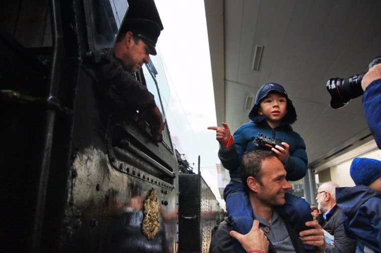 Парният локомотив Баба Меца зарадва стотици любители на пътуването с влак