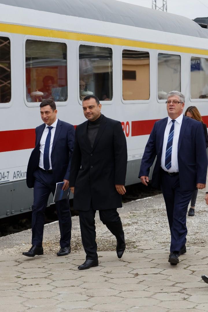 Специалният юбилеен влак от Варна за Русе се превърна в истинска атракция за жителите и гостите на населените места по своя маршрут