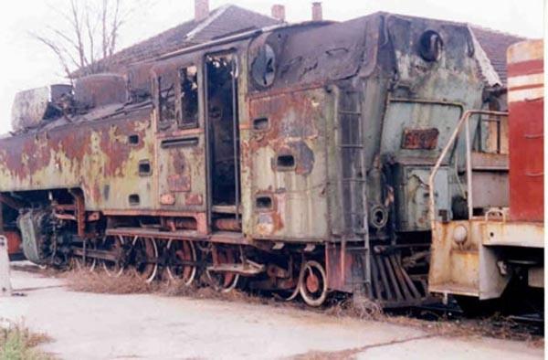 Музеен теснопътен парен локомотив 60976. Възстановен е отново за движение в Локомотивните депа в София и Септември през 2004 г.