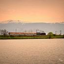 Парен локомотив 01.23 в състав от два вагона при езерото в Казичене /  Автор: Руси Карарусинов