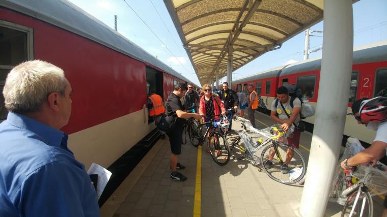 """Участници в инициативата """"Дунав Ултра"""" при пристигането в гара Видин."""