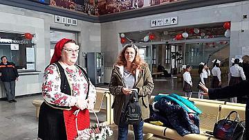 Баба Марта посрещна с мартеници пътниците в гара Плевен