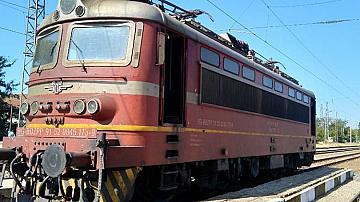Нощният бърз влак от Варна за Пловдив престоя в участъка Безмер-Кермен