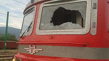 Посегателство срещу локомотив на влак в движение предизвика щети и закъснение на бърз влак от София за Бургас