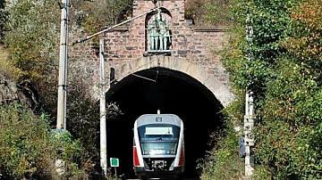 Движението на влаковете в участъка между гарите Карлово и Антон ще бъде прекъснато за извършване на ремонт по железния път