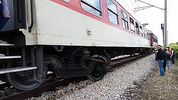 Бърз влак от Варна за София престоява на спирка Каменец след опит за неправомерно преминаване на жп прелез от автомобил